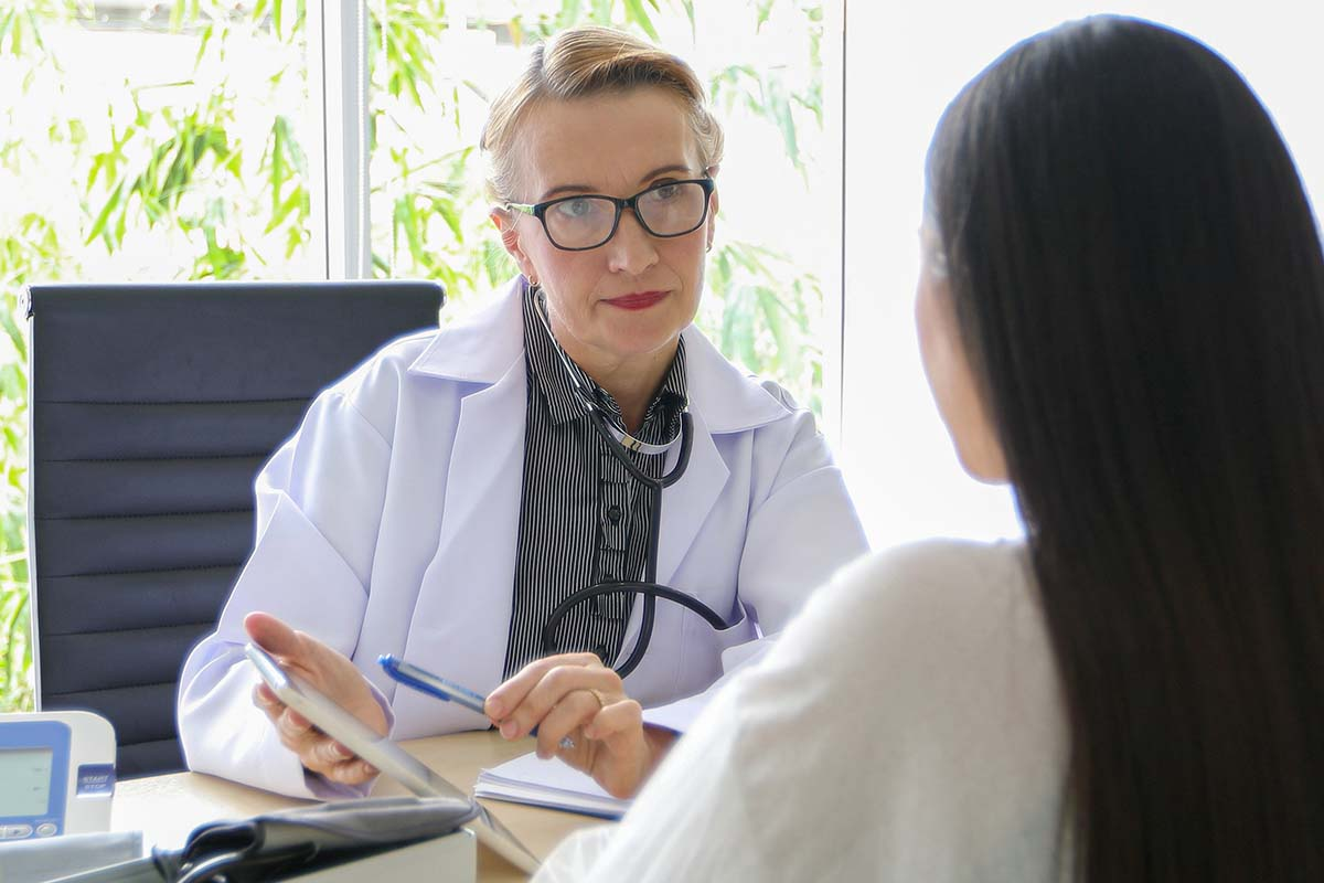 Counselor helping client narrow down options for the best womens rehab center